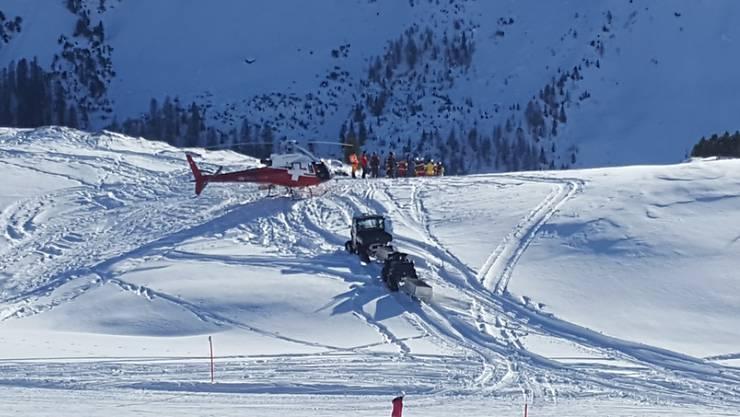 Die Rega hat die zwei Insassen des Flugzeugs nach dem Unfall ins Spital gebracht. Das Kleinflugzeug stürzte in der Nähe der Bergstation Tschuggen abseits der Skipiste ab.