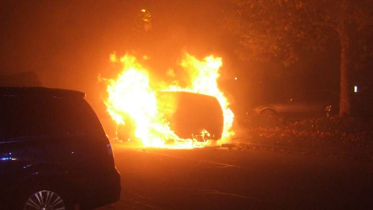 Gestern am späten Abend wurden in Aesch zwei Autos in Brand gesetzt.