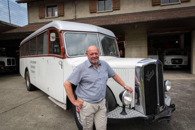 Ulrich Giezendanner ist stolz auf seine Oldtimer-Sammlung, die im Rothrister Zeughaus steht.