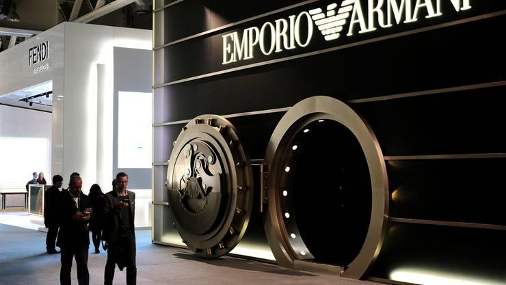 Eine Tresortüre als Eingang zum Stand von Emporio Armani.