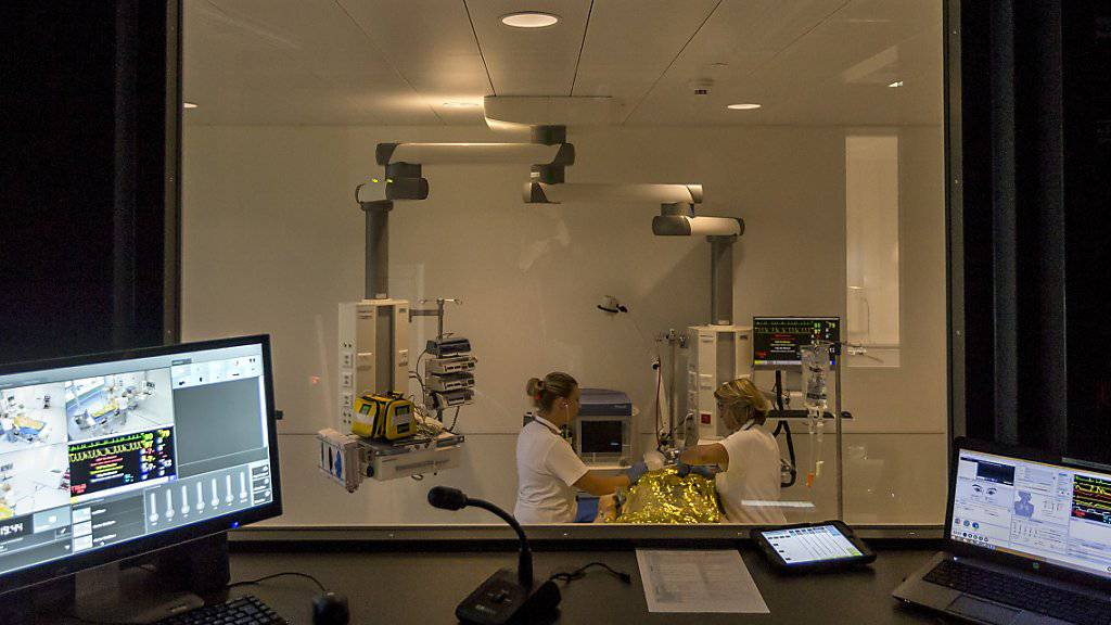In einer simulierten Notaufnahme im Schweizer Institut für Rettungsmedizin (Sirmed) wird eine Unfallpuppe versorgt. Hinter einer Spiegelscheibe versteckt, schaut der Übungsleiter zu und steuert das Szenario.