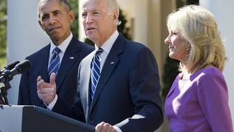 Joe Biden während seiner Erklärung im Rosengarten, umrahmt von seiner Ehefrau Jill Biden und US-Präsident Barack Obama