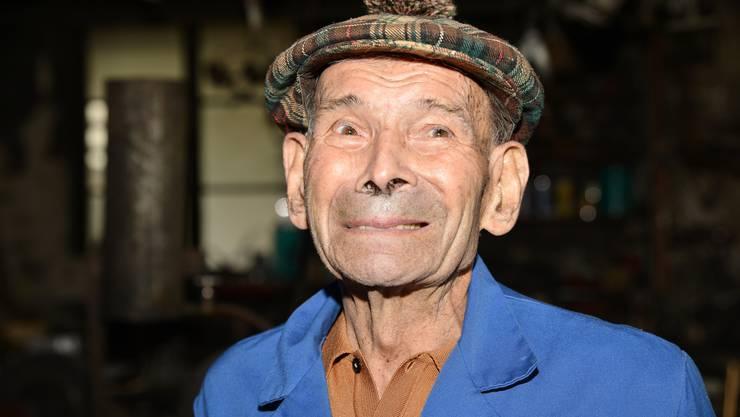 HANS BRECHBÜHL (101) steht auch heute noch fast jeden Tag in seiner Schmiedewerkstatt neben seinem Wohnhaus, obwohl der Ort auch mit schlimmen Erinnerungen verbunden ist. Richtig weghämmern konnte er sie nie.