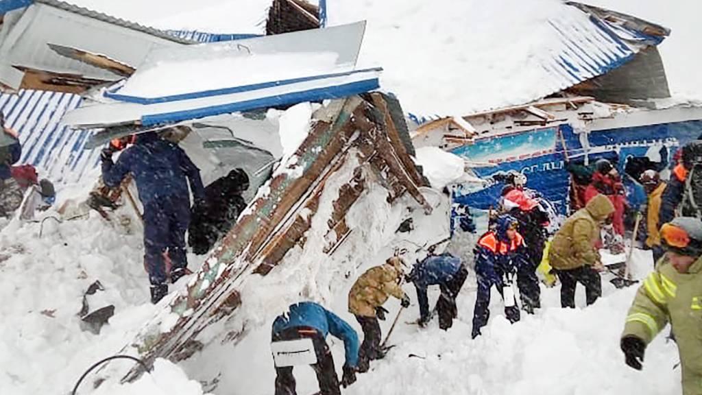 Mehrere Menschen in russischem Skigebiet von Lawine verschüttet