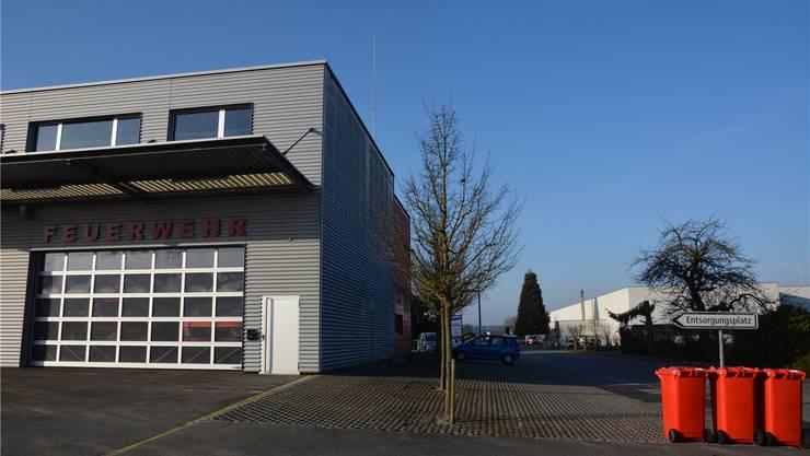 Die Swisscom will auf dem Zweckbau Industrie mit Feuerwehrmagazin und Werkhof eine Mobilfunkantenne bauen, die Orange Communications SA eine solche auf dem 150 Meter entfernten Gebäude der Marantec AG (rechts).