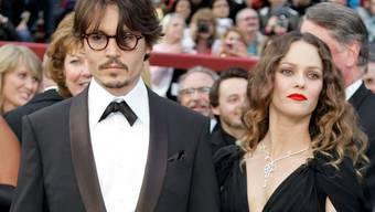 Johnny Depp (l) und seine Ex-Partnerin Vanessa Paradis - hier 2008 bei der Oscar-Verleihung - sind in Sorge um ihren 16-jährigen Sohn Jack. Er ist offenbar ernsthaft erkrankt.