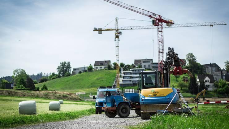 Wo darf die grüne Wiese auch künftig noch zu Bauland werden: Der am Dienstag verabschiedete Richtplan enthält Ansätze dazu.  (Symbolbild)