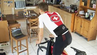 Der Hometrainer als Corona-Notlösung für die Radprofis: Nicht allen fällt das Rollen in den eigenen vier Wänden leicht (im Bild Robin Froidevaux)