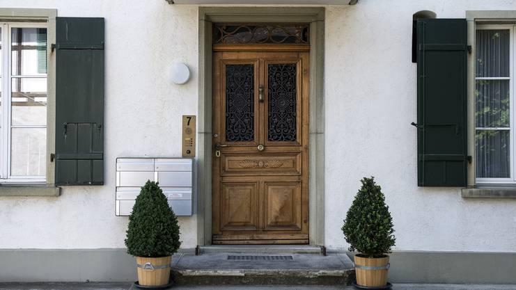 Sicht auf den Eingang des ehemaligen Hotels Bon Sejour im Juli 2015, Zimmerwald. Im Jahr 1915 fand hier während des Ersten Weltkriegs im Hotel Bon Sejour eine Friedenskonferenz statt. An der Konferenz nahmen unter anderen Robert Grimm und Lenin teil.