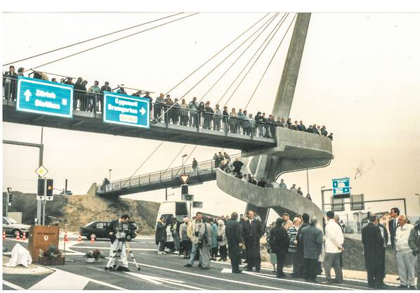 Der Festakt zur Eröffnung fand unterhalb der Fussgängerüberführung Bibenlos, des damals schon legendären Pylon, statt. Von der Überführung aus verfolgten viele Zuschauer das angesagte Spektakel mit Reden, Banddurchschneiden und Oldtimercorso.