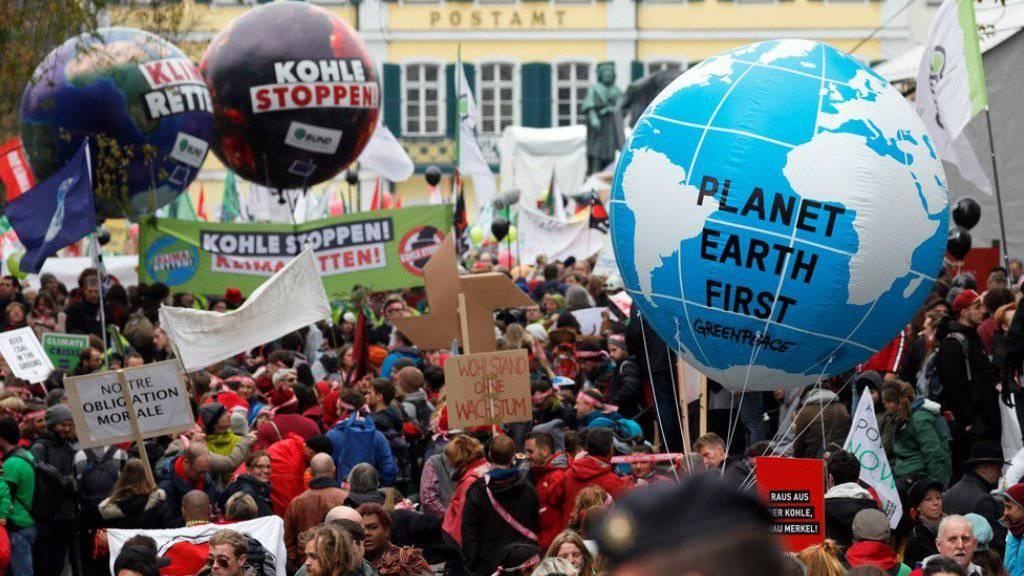 Zwei Tage vor Beginn der Weltklimakonferenz haben in Bonn etwa 7000 Menschen für den Kohle-Ausstieg und eine umfassende Energiewende demonstriert.