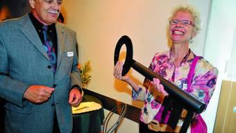 Schlüsselübergabe: Stiftungsratspräsident Werner Baumgartner übergibt den Schlüssel für den Neubau offiziell an Heimleiterin Isabel Roesch.