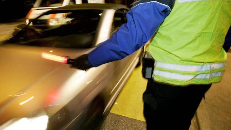 Bei einer Verkehrskontrolle in Münchwilen TG wurde eine betrunkene Autofahrerin ausfällig und griff eine Polizistin an (Symbolbild).