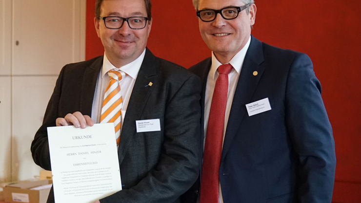 Verbandspräsident Peter Oesch (r.) gratuliert Daniel Hinzer vom Restaurant zur Post in Riedholz zur Wahl als Ehrenmitglied von Gastro Solothurn.