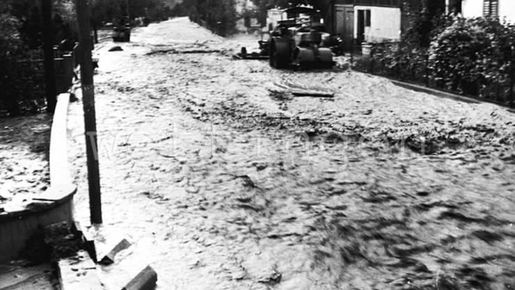 1955 lief der Dorfbach über und richtete (hier: Bifangstrasse) Schäden an.