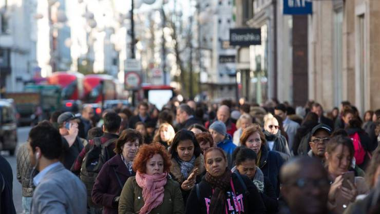 "Shoppers in der Oxford Street am ""Black Friday"" in London - kurz darauf fiel der Strom aus."