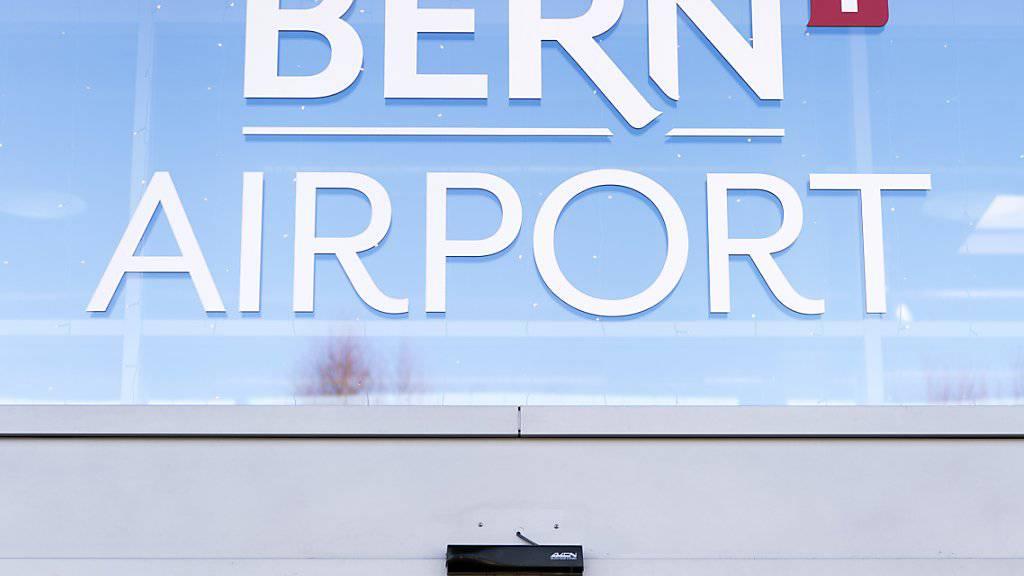 Nach Meinung der Berner Regierung muss sich der Kanton Bern stärker als bisher für den Flughafen Bern engagieren. (Archivbild)