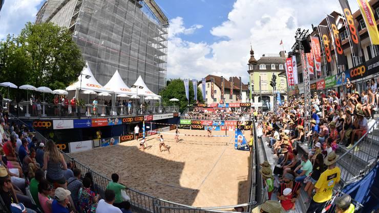 Um 14 Uhr gings gestern los auf der Kirchgasse im Stadtzentrum von Olten. Das Beachvolleyball-Turnier dauert bis Sonntag.