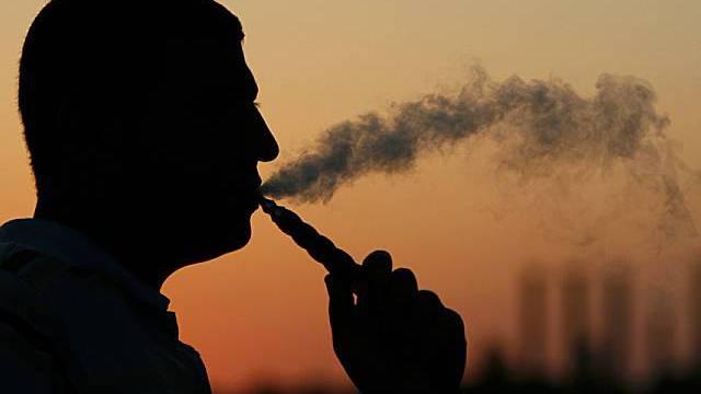 Ein Mann raucht eine Wasserpfeife( Archiv)