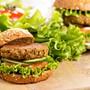 Aus Linsen lassen sich verschiedene Köstlichkeiten zubereiten – zum Beispiel Burger-Patties.
