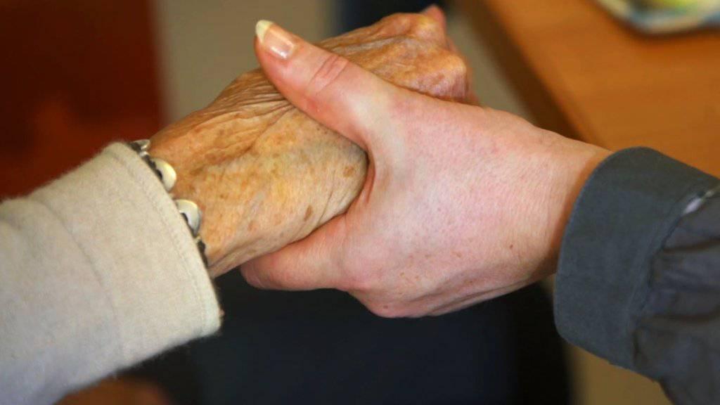 Mit der alternden Gesellschaft werden auch Demenzerkrankungen häufiger. Neuste Schätzungen von Alzheimer Schweiz gehen von 144'000 Betroffenen in der Schweiz aus. (Symbolbild)