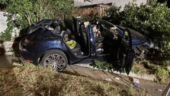 Die Lenkerin musste von der Feuerwehr aus dem Porsche gerettet werden.