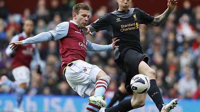 Aston Villas Weimann im Duell mit Liverpools Agger