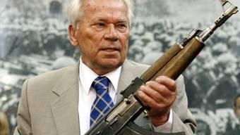 Kalaschnikow hält einen Prototyp der AK-47 in den Händen (Archiv)