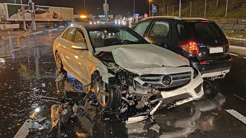 Mann bei Kollision mit drei Autos verletzt