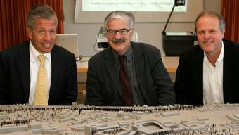 Christian Stebler, damals Präsident der MittellandPark AG, Stadtpräsident Marcel Guignard und Vizepräsident Beat Blattner (v. l.) 2005 hinter dem Modell mit dem MittellandPark.