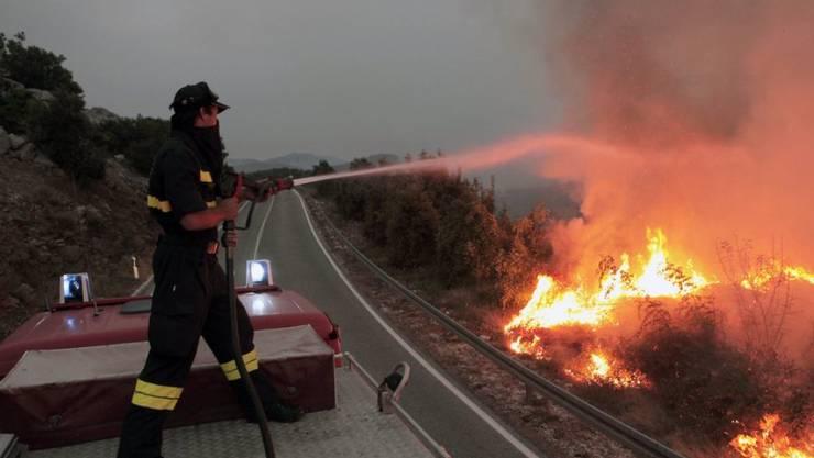 Ein Feuerwehrmann kämpft in Peljesac gegen das Feuer.