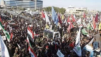 Tausende gingen im irakischen Basra auf die Strasse, um gegen die USA zu demonstrieren.