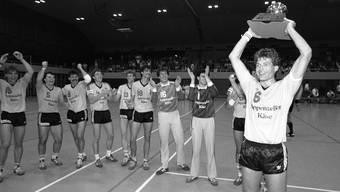 Auf den Triumph mit St. Otmar St. Gallen soll der Erfolg mit Economiesuisse folgen: Heinz Karrer mit dem Handball-Meisterpokal von 1986. KeY