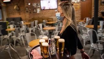 Restaurants und Bars müssen zwischen 23 und 6 Uhr schliessen.