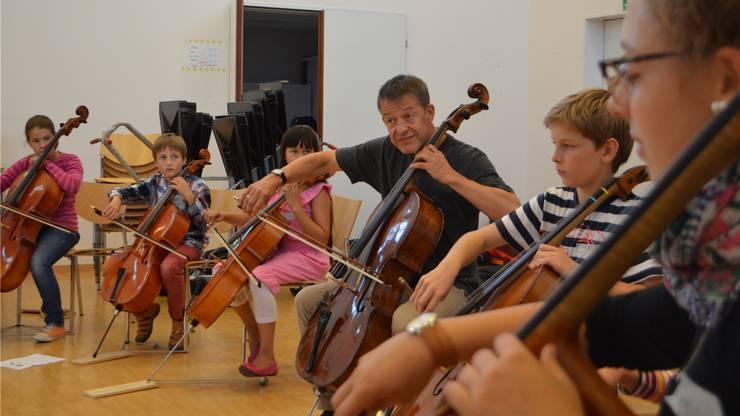 Solocellist Thomas Grossenbacher übt mit Musikschülern der Musikschulen Rheinfelden, Stein und Pratteln.