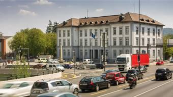 An der Fassade des historischen Bezirksgebäudes hat es wegen der Schulhausplatz-Baustelle Risse gegeben.