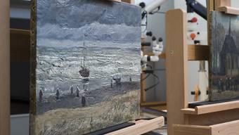 """Die Gemälde """"Strand von Scheveningen"""" aus dem Jahr 1882 und """"Die Kirche von Nuenen mit Kirchgängern"""" von 1884/85 kehren am Mittwoch nach aufwendiger Restaurierung in das Van-Gogh-Museum zurück."""