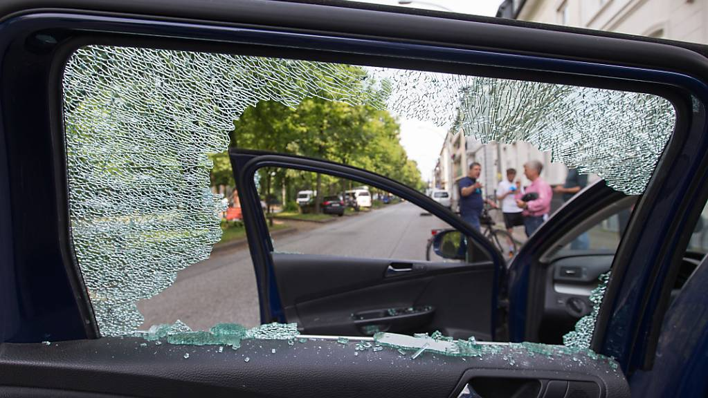 Die eingeschlagene Scheibe eines Autos im Hamburger Stadtteil Altona.