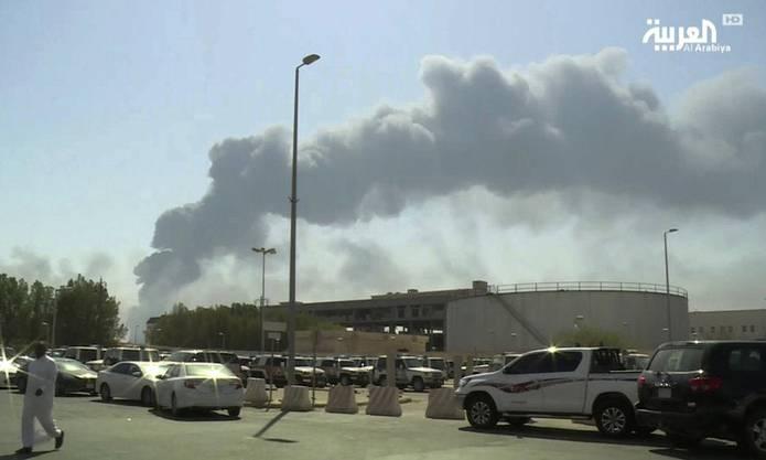 Rauchwolken über der Abkaik-Raffinierie.