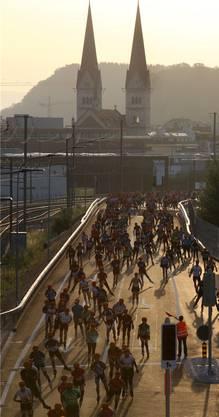 Die Ausdauersportler rollen auf der Entlastungsstrasse ihrem Abenteuer entgegen.