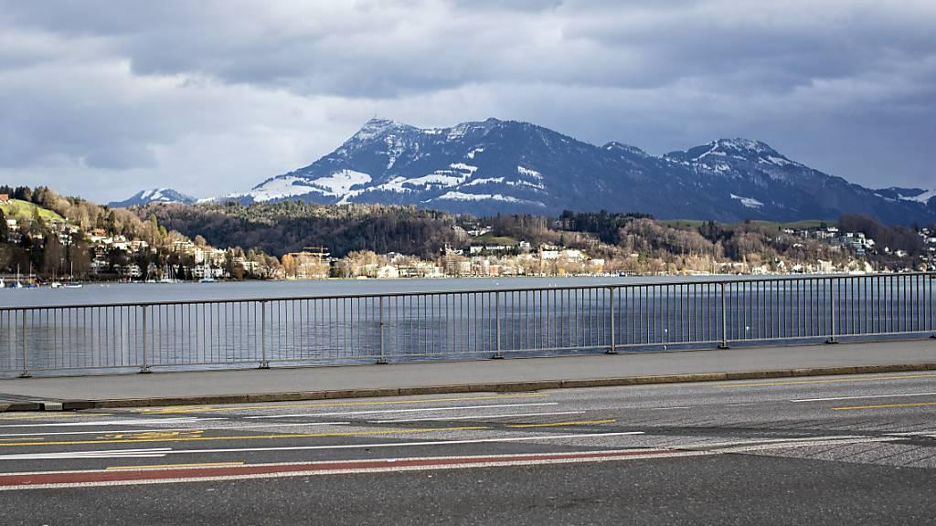 Kursschiff MS Europa fährt in Luzern rückwärts in Seebrücke