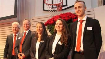Bankleiter Andreas Bieri und Verwaltungsrats-Präsident Hans Ulrich Ziswiler beschenken Lehrlingsausbildnerin Karin Gysel, Rahel Lüthi (Abschluss 2018) und Lino Neeser (2. Lehrjahr, v. l.).