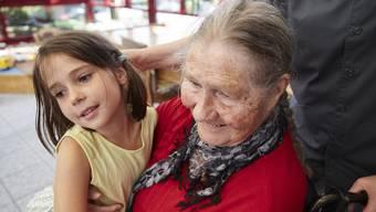 Kinder sollen den Bezug zu älteren Menschen nicht verlieren. Nicht immer ist eine gemeinsame Betreuung aber sinnvoll.