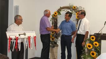 Schlüsselübergabe von Markus Geissbühler und Daniel Wyss (GfC Schweiz) an die lokalen Gemeindeleiter Philippe Glauser und Erich Christen (von links).