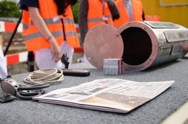 In den Grundstein miteingebaut wurde eine Urne, in der eine Ausgabe der Limmattaler Zeitung sowie  medizinische Instrumente  eingeschlossen wurden