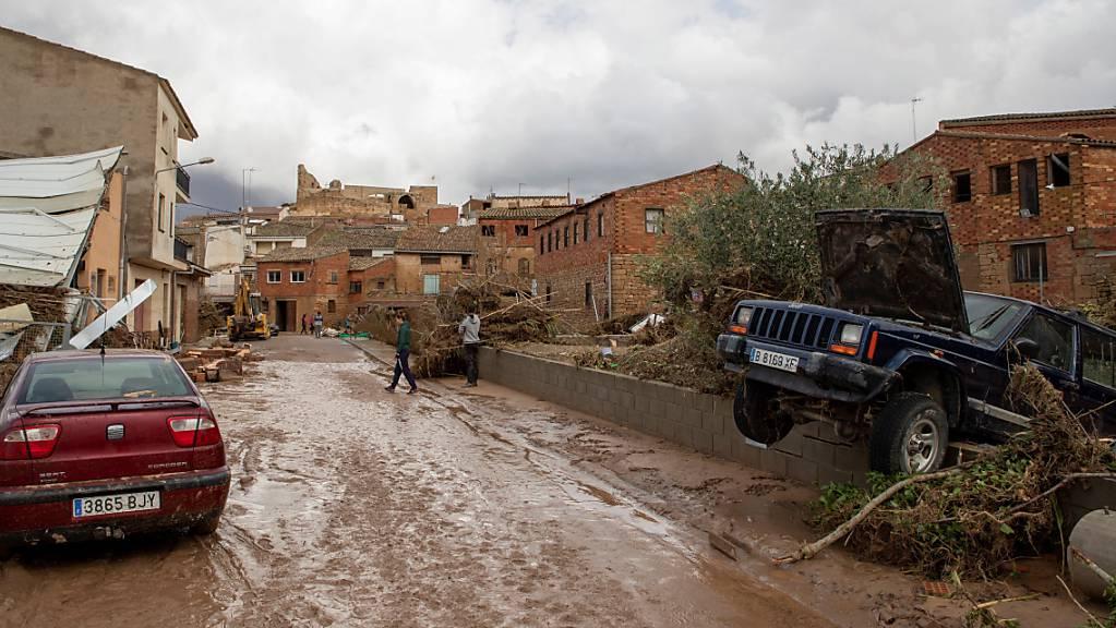 Zerstörte und verschmutzte Strassen und Häuser in Katalonien: schwere Unwetter forderten ein Todesopfer. Fünf Menschen werden vermisst.