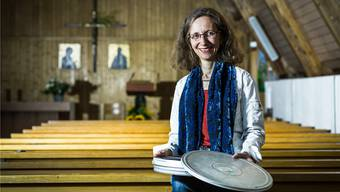 Projektleiterin Astrid Baldinger präsentiert in der Pauluskirche Birrfeld eine Filmdose mit Aufnahmen von einem Jungwachtlager in den 1950er-Jahren. Chris Iseli