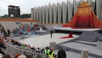 Peter Bernhard, Intendant der Oper Schenkenberg, hat das Publikum vor halb leeren Sitzreihen begrüsst bei der Mülimatt.