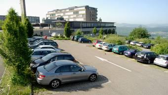 Wo heute ein provisorischer Parkplatz der Rehaklinik (im Hintergrund) ist, sollen die Neubauten erstellt werden. (Walter Schwager)