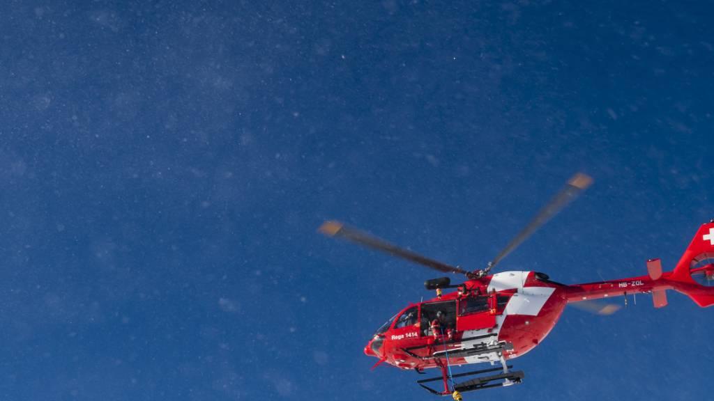 Ein Notarzt der Rettungsflugwacht hat einen Holzfäller im Kanton St. Gallen nicht mehr retten können. Der 58-jährige Mann starb noch auf der Unfallstelle. (Archivbild)